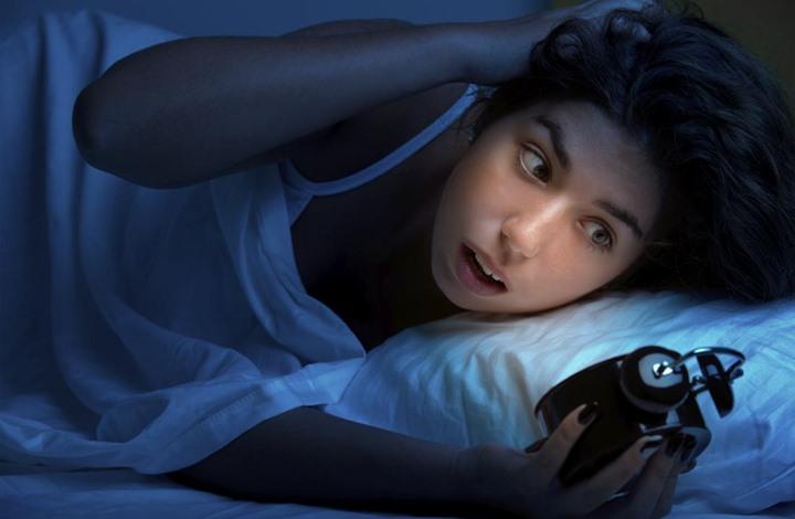 اذا كنت تستيقظ يوميا في نفس الموعد بالليل فهناك سبب!