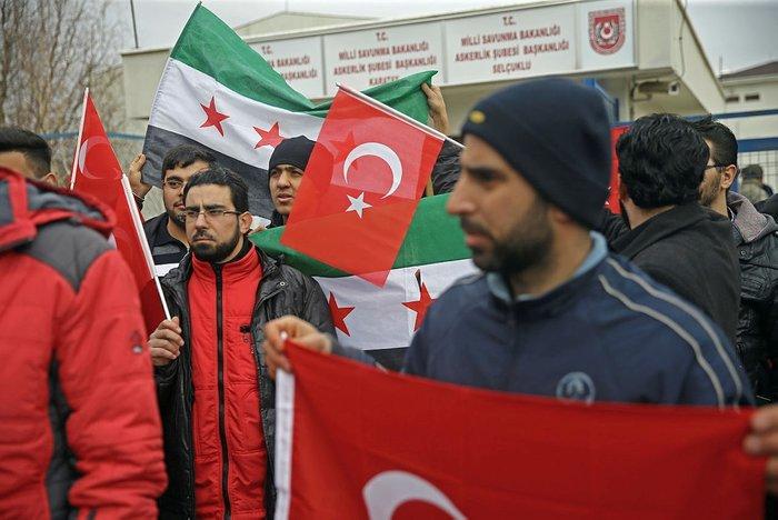 بالصور: سوريون في تركيا يراجعون شعب التجنيد للالتحاق والتطوع في عملية