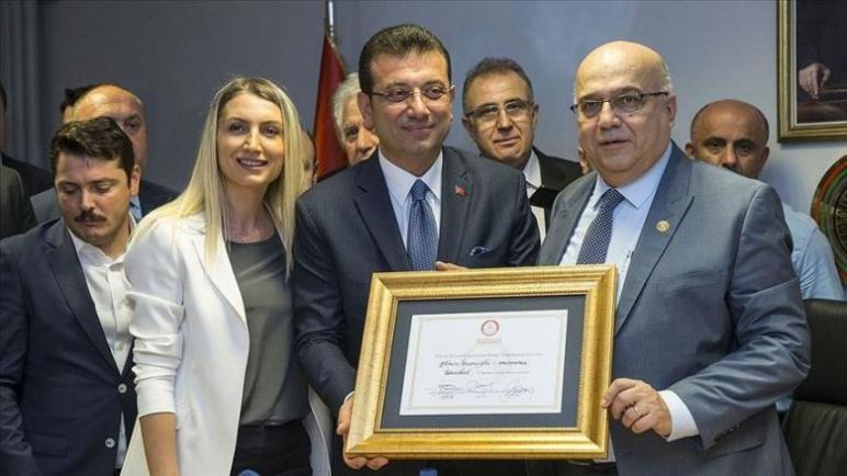 أكرم إمام أوغلو يستلم وثيقة رئاسة بلدية اسطنبول الكبرى