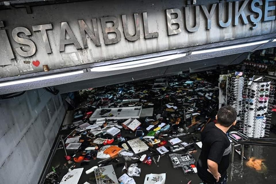 بالصور: أمطار اسطنبول والسيول تلحق خرابا في أسواق الامينونو وتقتل شخصا