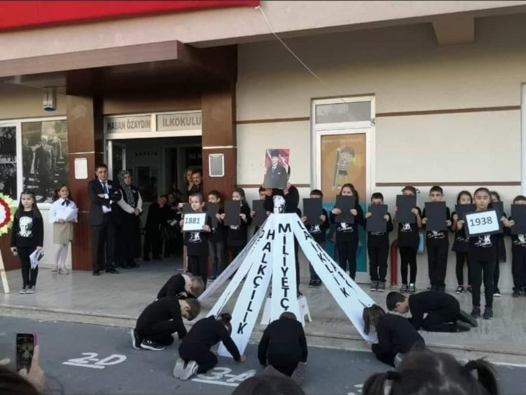 فيديو لمعلمة تعلم الطلاب السجـ.ـود لصورة أتاتورك ووزارة التعليم تحقق !!!