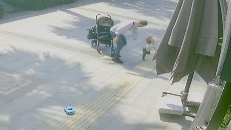 بالفيديو : السلطات التركية تعتقل شخصاً ضرب ابنه بوحشية في الطريق العام