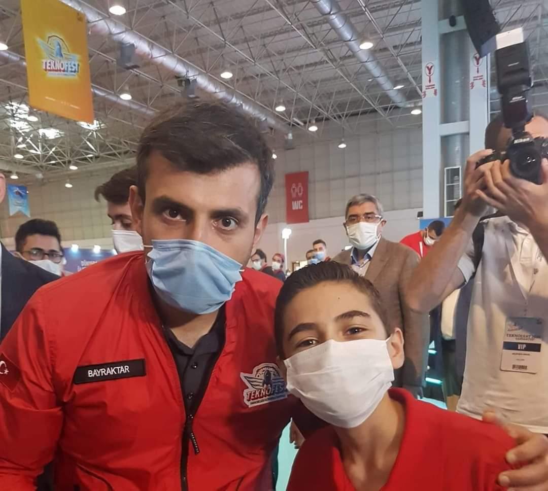 المخترع التركي بيرقدار مع الطفل السوري المخترع فيصل درباع