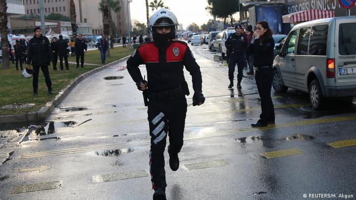 الشرطة التركية تضبط منتجات غير قانونية ذات قيمة سوقية عالية في إزمير