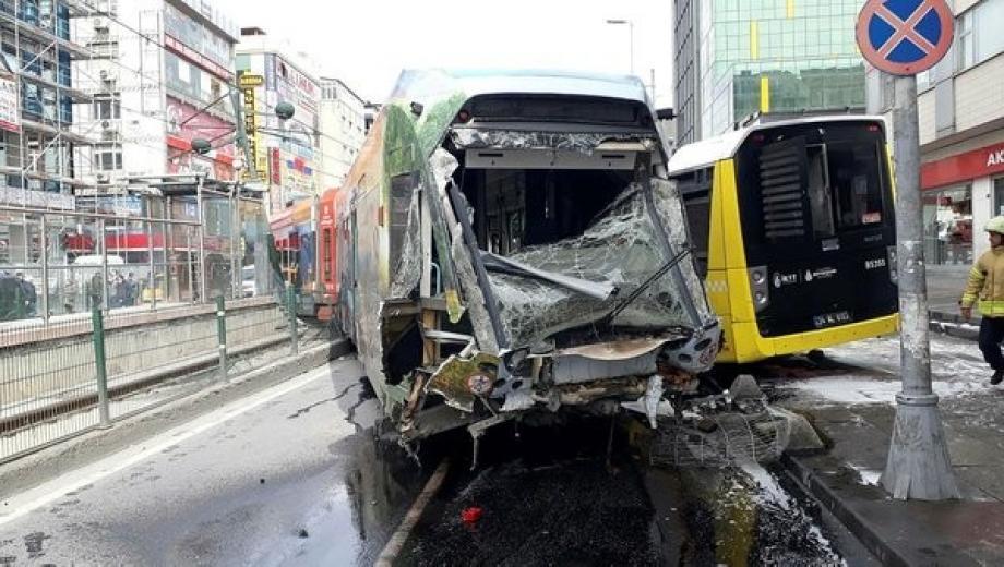 تصادم ترام بسيارة في مدينة إسطنبول