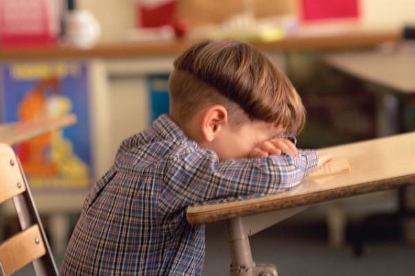 لبكاء الطفل أسباب... ولكنْ لحبس الصبي دموعه أسباب أخرى