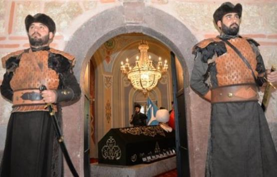 بالزي العثماني… حراسة خاصة لتأمين قبر السلطان غازي أرطغرل