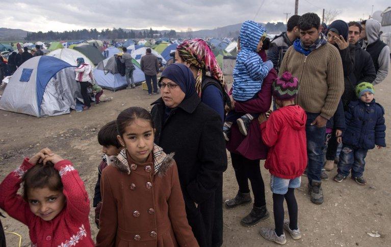 ترك آلاف المهاجرين دون طعام في المخيمات اليونانية