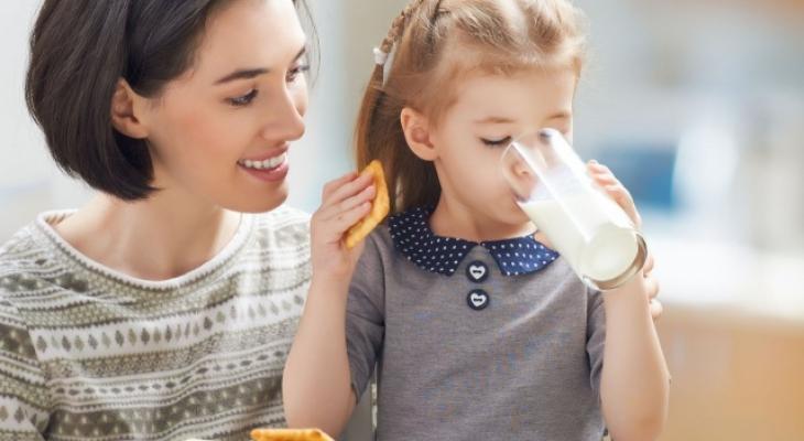 هل يمكن أن يتناول الطفل الحليب القليل الدسم؟