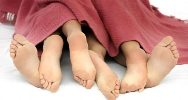 ما حكم الجمع بين الزوجتين في فراش واحد ؟