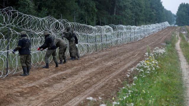تصعيد جديد في بولندا .. ترسانة عسكرية على الحدود البيلاروسية لمكافحة تدفق المهاجرين